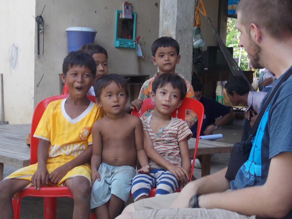 Cambodian Children Talk with BB2C Member